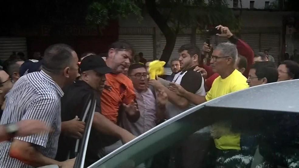 Senador licenciado Cid Gomes foi baleado ao tentar furar bloqueio de manifestantes em Sobral, no Ceará — Foto: Reprodução/Globo