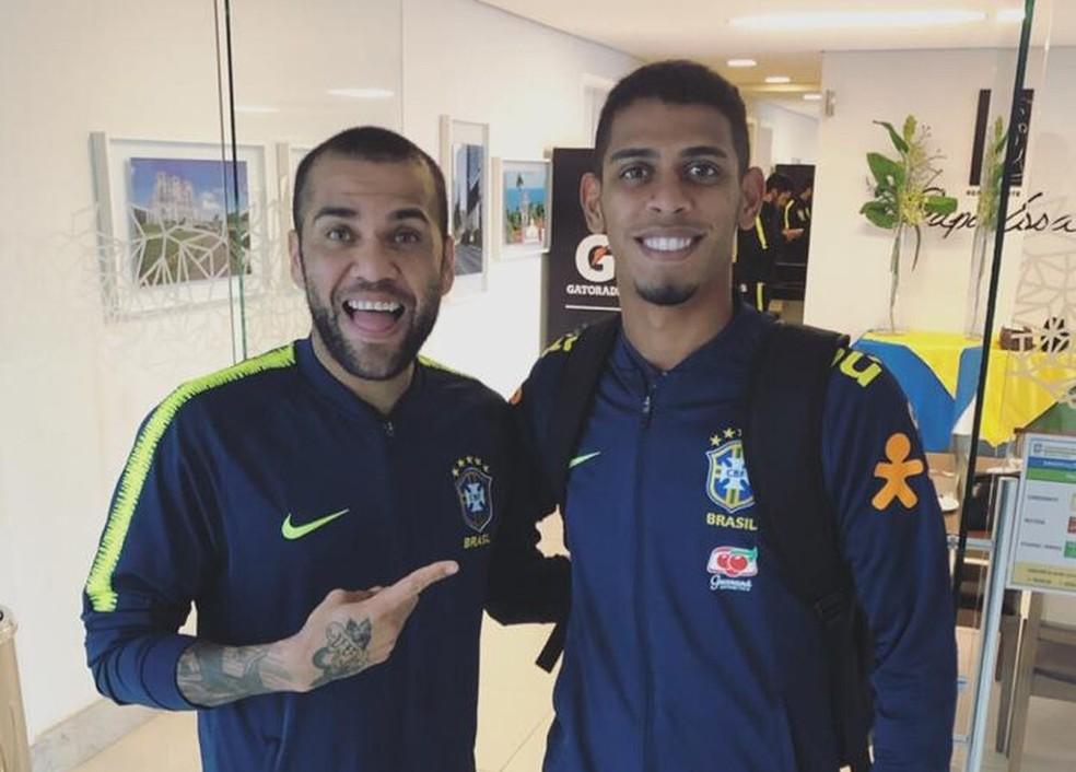 Ítalo com o ídolo Dani Alves durante substituição a Filipe Luís em treino da Seleção — Foto: Arquivo Pessoal