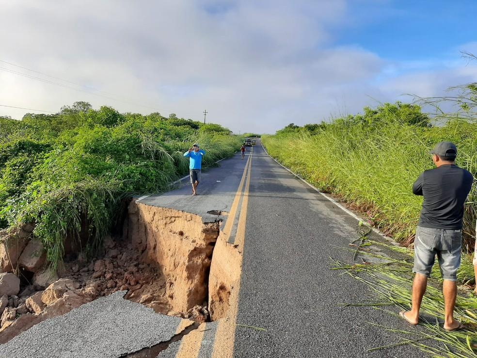 Trecho da CE 183 foi destruído após rompimento de barragem, entre nos municípios de Varjota e Cariré, no Ceará. — Foto: Arquivo pessoal