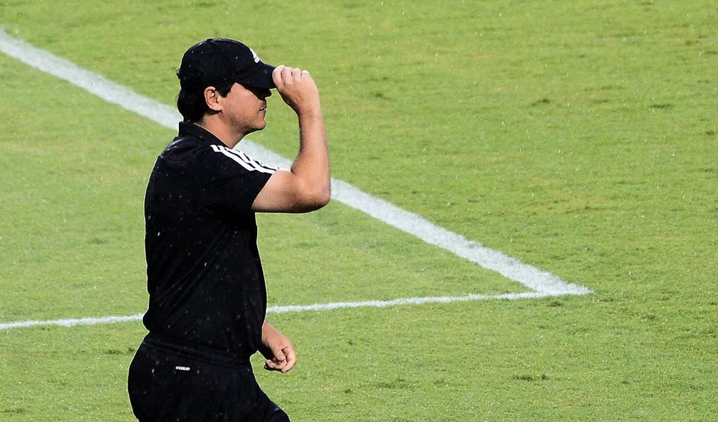 Fernando Diniz em duelo contra o Santos — Foto: Marcos Ribolli