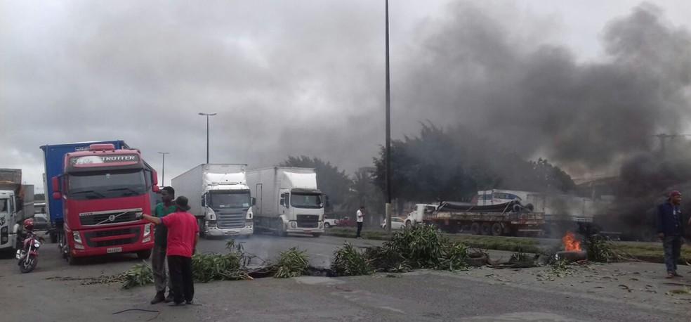 Protesto fecha rodovia BR-116, em Feira de Santana, nesta terça-feira (1º) (Foto: Fábio Santos/ Voz da Bahia)