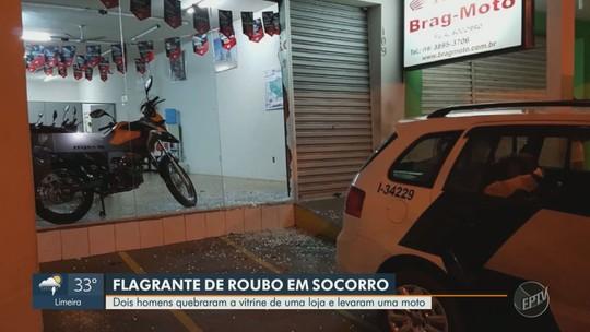 Dupla quebra vitrine de concessionária e leva motocicleta em Socorro