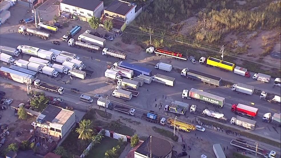 Caminhoneiros fazem protesto em rodovias do Rio de Janeiro (Foto: Reprodução / TV Globo)