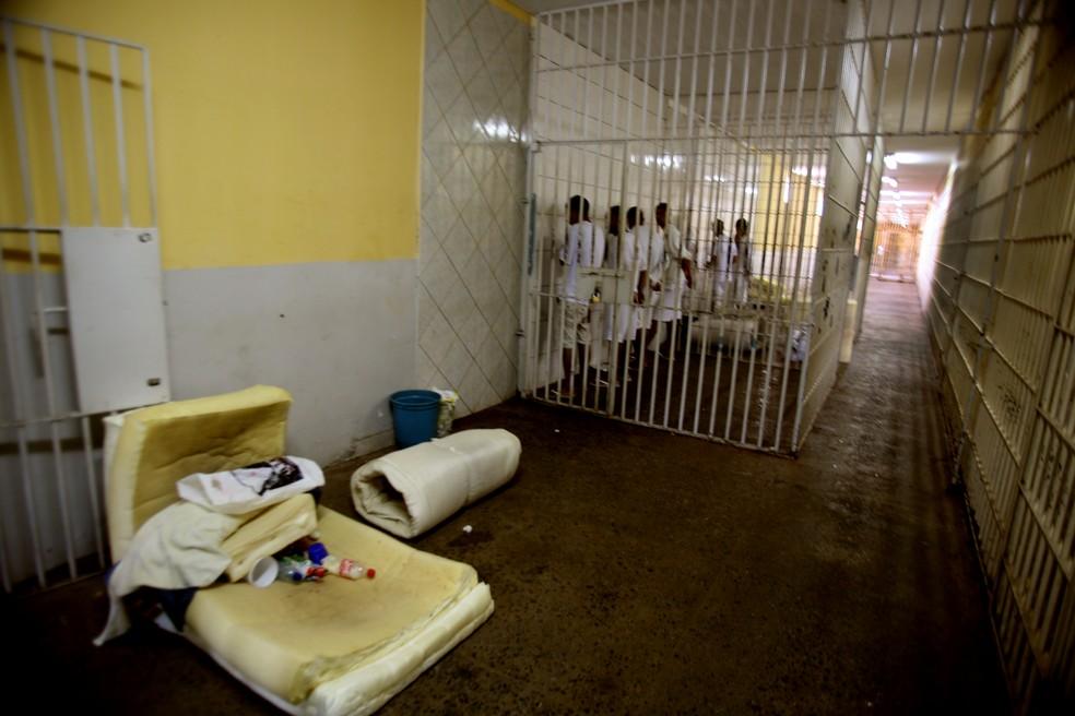 Colchão e outros objetos próximos a uma cela de transição na Papuda, em Brasília (Foto: Gláucio Dettmar/CNJ/Divulgação)