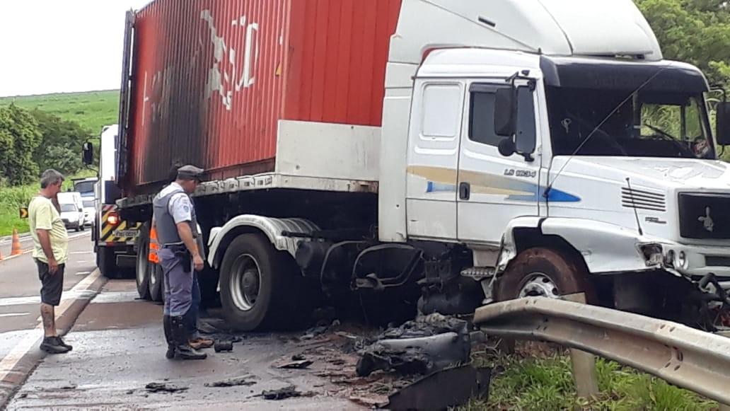 Carreta pega fogo após acidente em rodovia de Pederneiras - Noticias