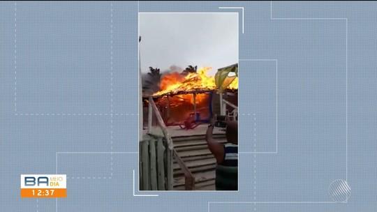 Barraca de praia na BA pega fogo após faísca de braseiro de vendedor de queijo atingir cobertura