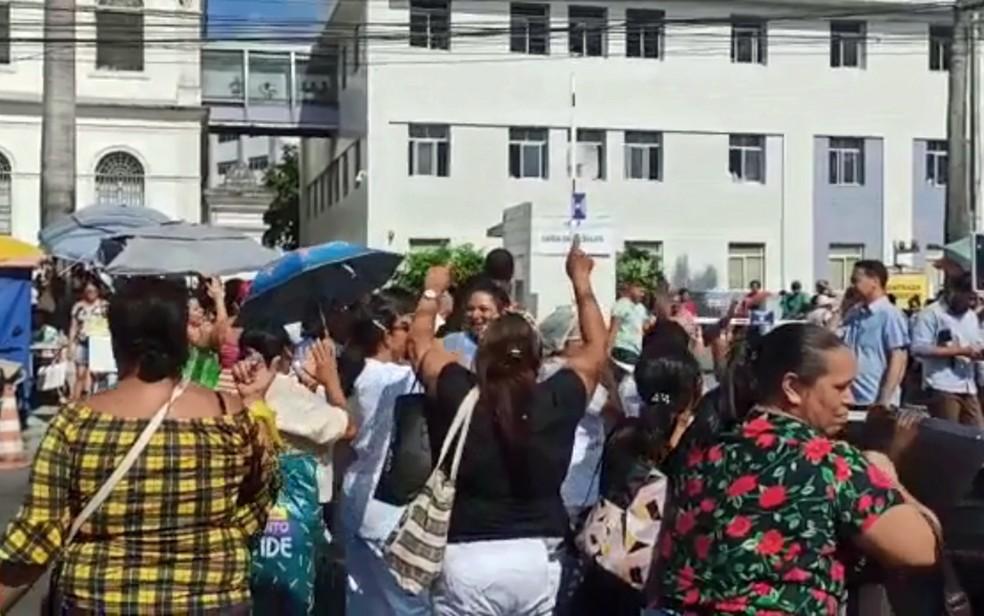 Auxiliares e técnicos de enfermagem realizam protesto em frente ao Imip, no bairro dos Coelhos, no Recife, nesta terça-feira (14) — Foto: Reprodução/WhatsApp
