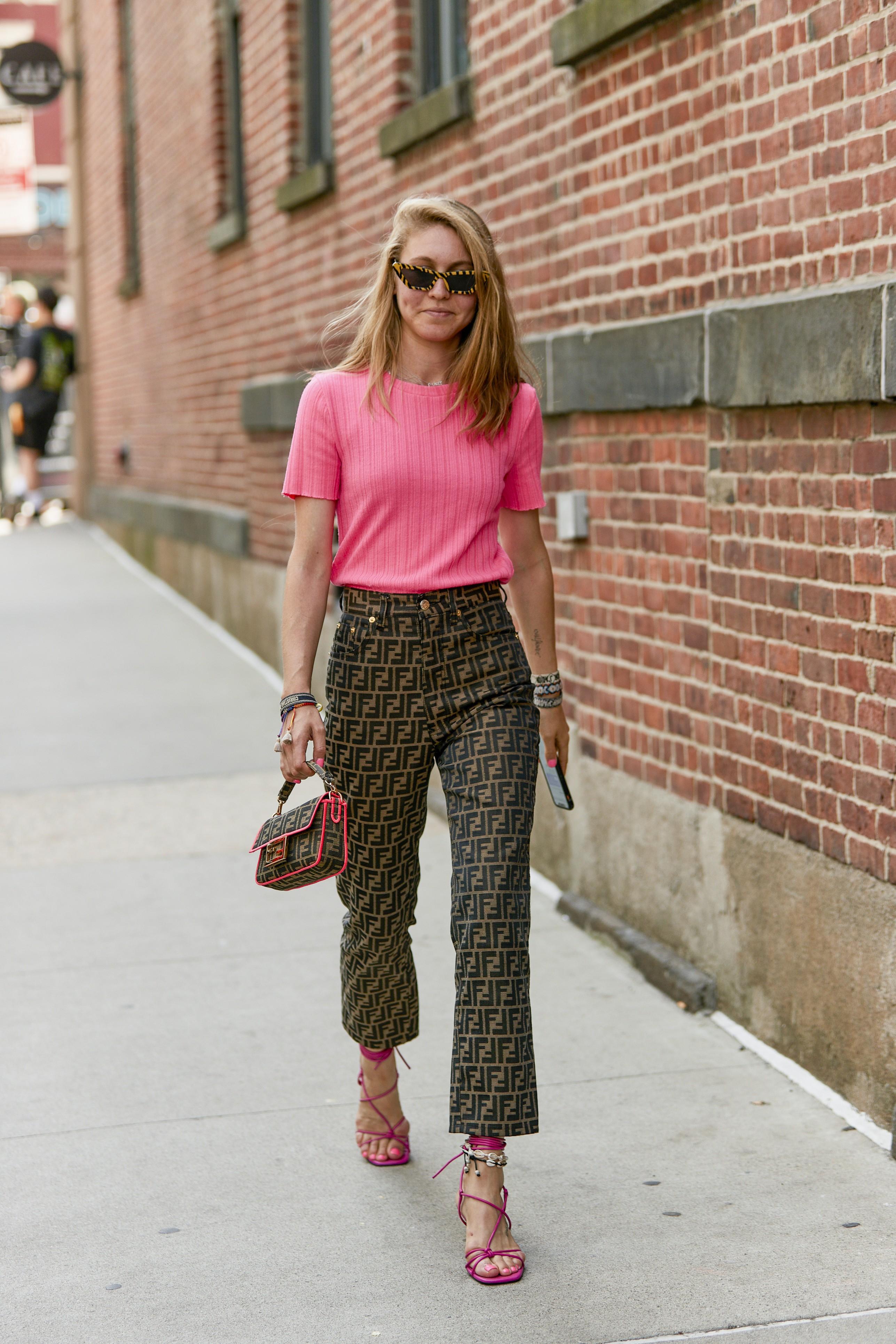 Resultado de imagem para É cor de rosa-shocking! O tom é o favorito dos fashionistas no street style da temporada verão 2020