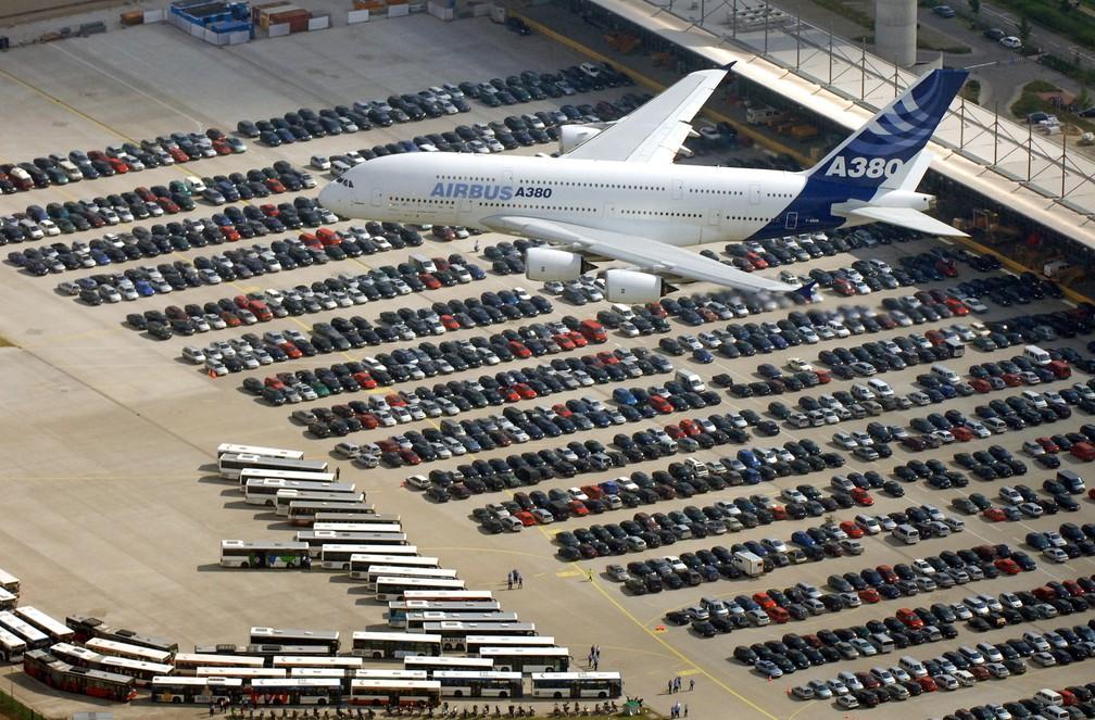 Um Airbus A380 é visto sobre a cidade de Hamburg-Finkenwerder, na Alemanha, em agosto de 2005 — Foto: Kay Nietfeld/Pool/AFP