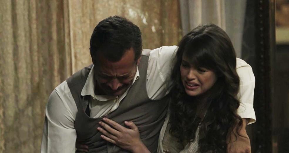 Ema tenta ajudar Brandão, que bebeu além da conta  (Foto: TV Globo)