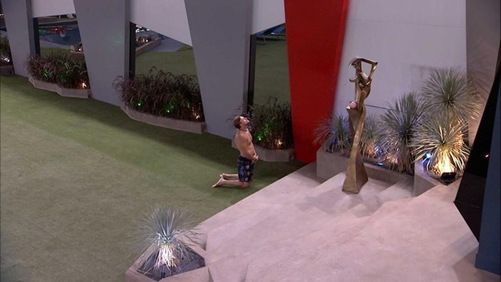 Diego reza no gramado em frente ao Quarto do Líder — Foto: Tv Globo