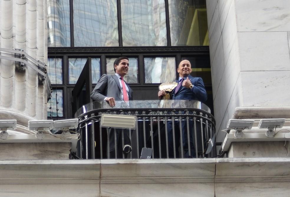 Georges St-Pierre posa com o cinturão na bolsa de valores de Nova York (Foto: Gigi Kassis)