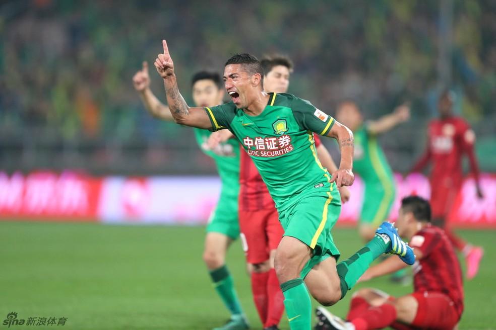 Ralf  em ação pelo Beijing Guoan: volante está de saída do clube (Foto: Sina.com)