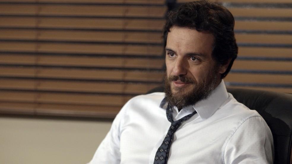 Em 'A Força do Querer', Caio (Rodrigo Lombardi) leva um susto quando Dantas (Edson Celulari) diz que Bibi (Juliana Paes) é suspeita do incêndio — Foto: TV Globo