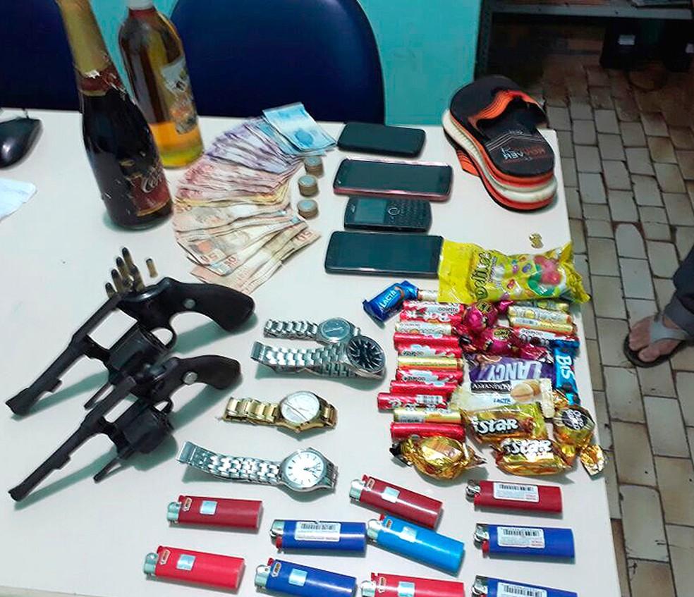 Polícia recuperou balas, bombons, dinheiro e bebidas roubadas de supermercado (Foto: Divulgação/Polícia Militar de Pau Brasil)