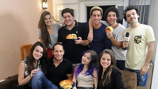 Camila Queiroz, Agatha Moreira e elenco 'invadem' apê de ator; confira vídeo exclusivo!