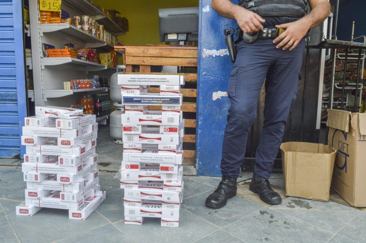 Guarda Municipal apreende 550 maços de cigarro falsificados em adega de Itaquaquecetuba