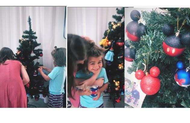 Fernanda Rodrigues recebeu a ajuda dos filhos para montar a árvore com desenhos da Disney (Foto: Reprodução)