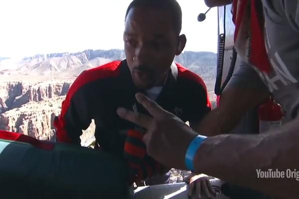 O ator Will Smith instantes antes de seu salto de um helicóptero (Foto: YouTube)