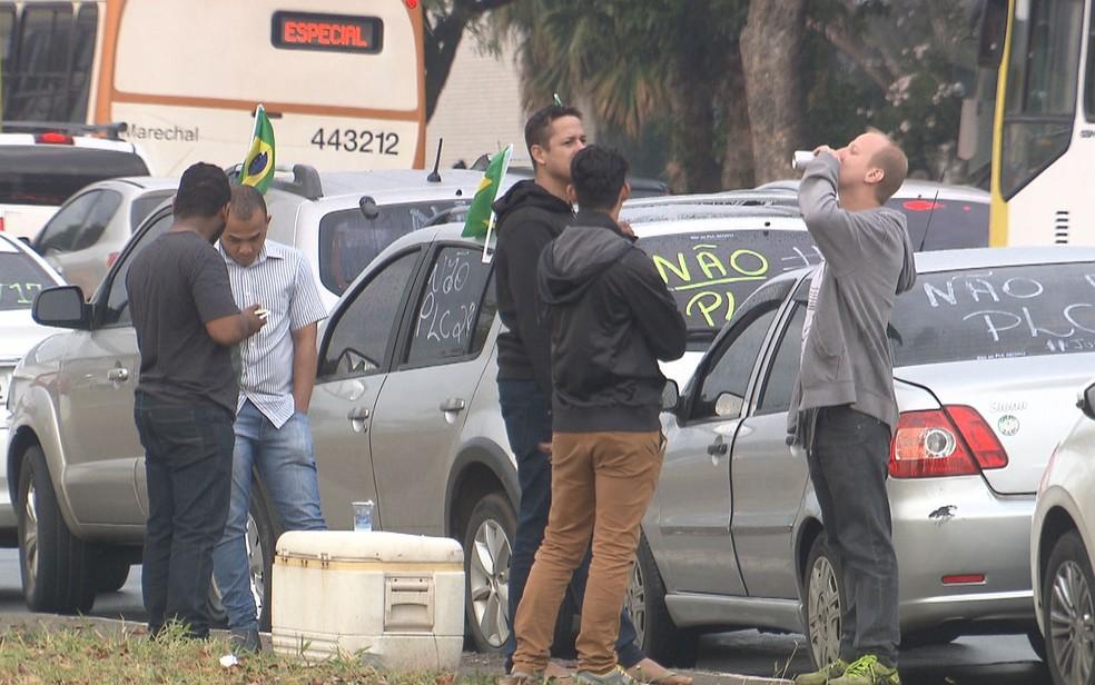 Motoristas de apps e taxistas enfileiram carros ao longo da Esplanada dos Ministérios em dia de votação do PL nº 28/2017 no Senado (Foto: TV Globo/Reprodução)