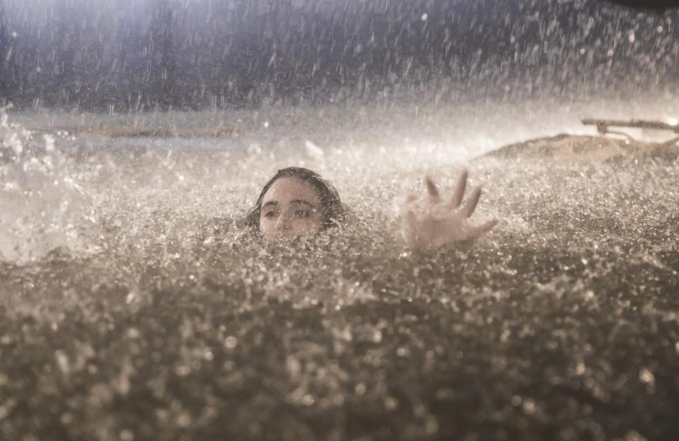 Luna (Juliana Paiva) começa a se afogar em 'Salve-se Quem Puder' — Foto: João Miguel Júnior/Globo