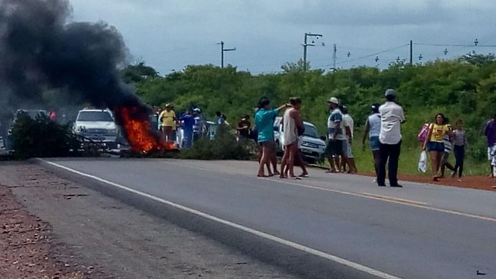 Manifestantes bloqueiam BR-406, em Ceará-Mirim, na Grande Natal (Foto: Flank Willk da Silva )