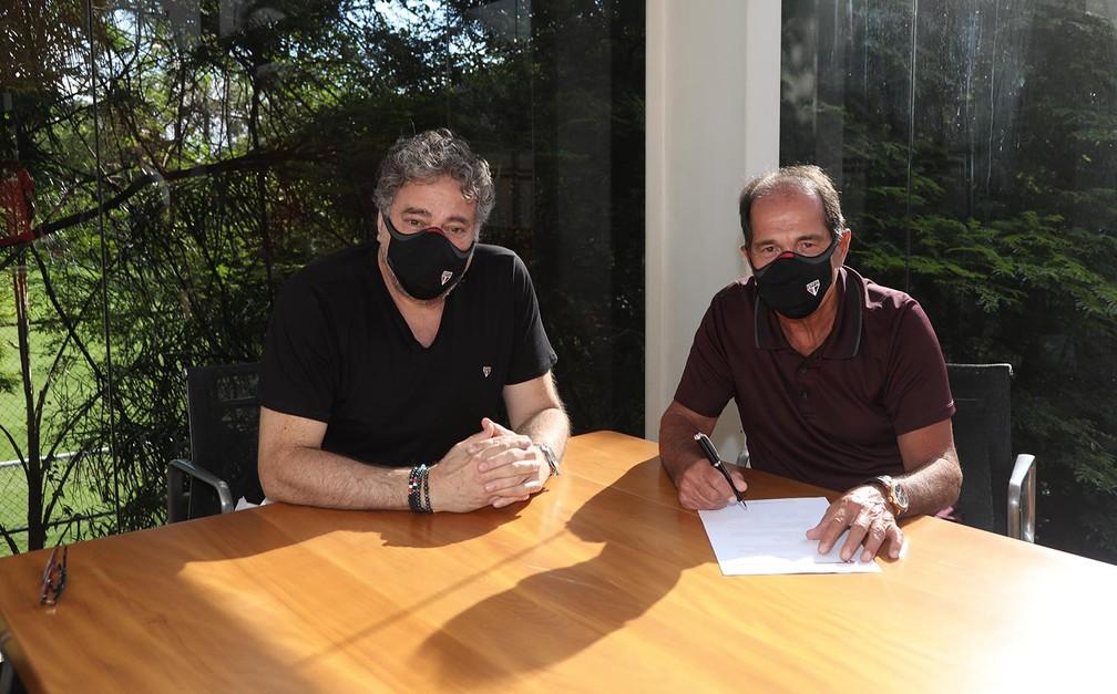 Muricy assina contrato com o São Paulo ao lado de Julio Casares — Foto: Divulgação São Paulo