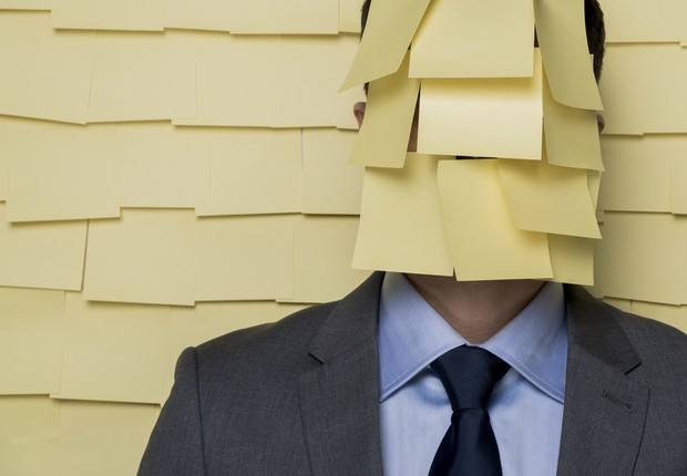 Homem coberto por post-its (Foto: D-Keine via Getty Images)