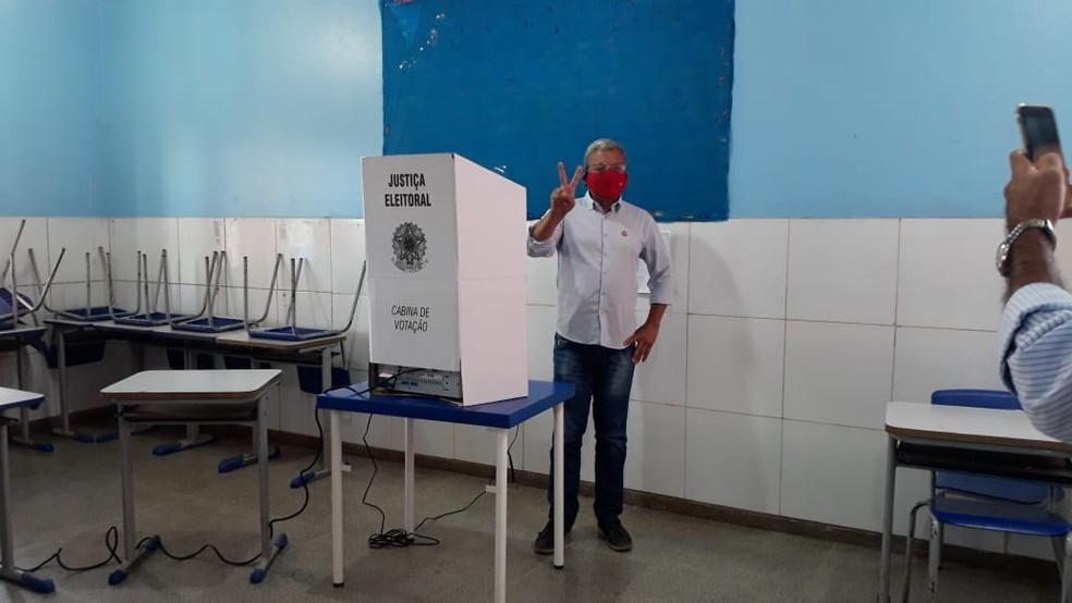 Eleições 2020: candidato Ramon Cujuí vota em escola de Porto Velho — Foto: Beatriz Galvão/G1