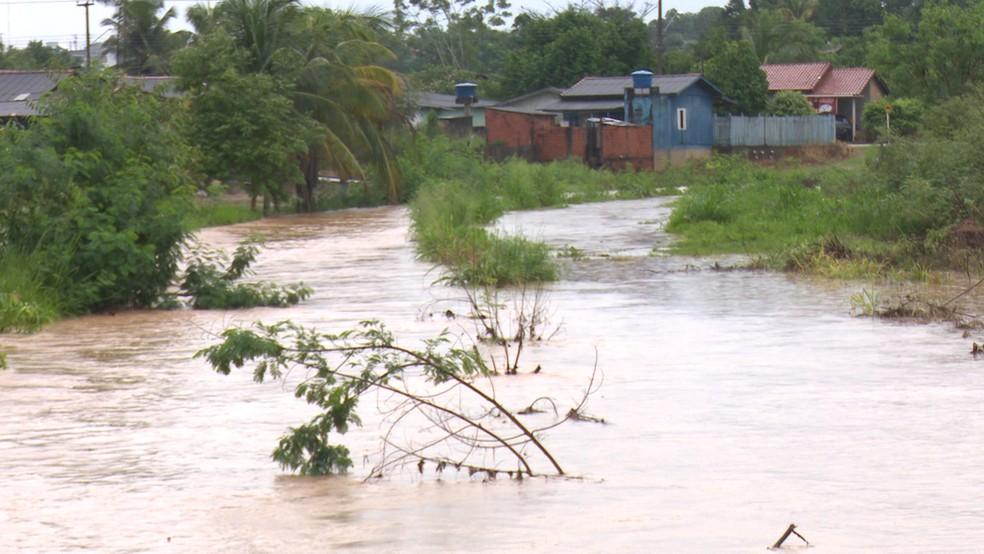 Igarapé 2 de Abril transbordou por causa da chuva (Foto: Daniel Luciano/Rede Amazônica)