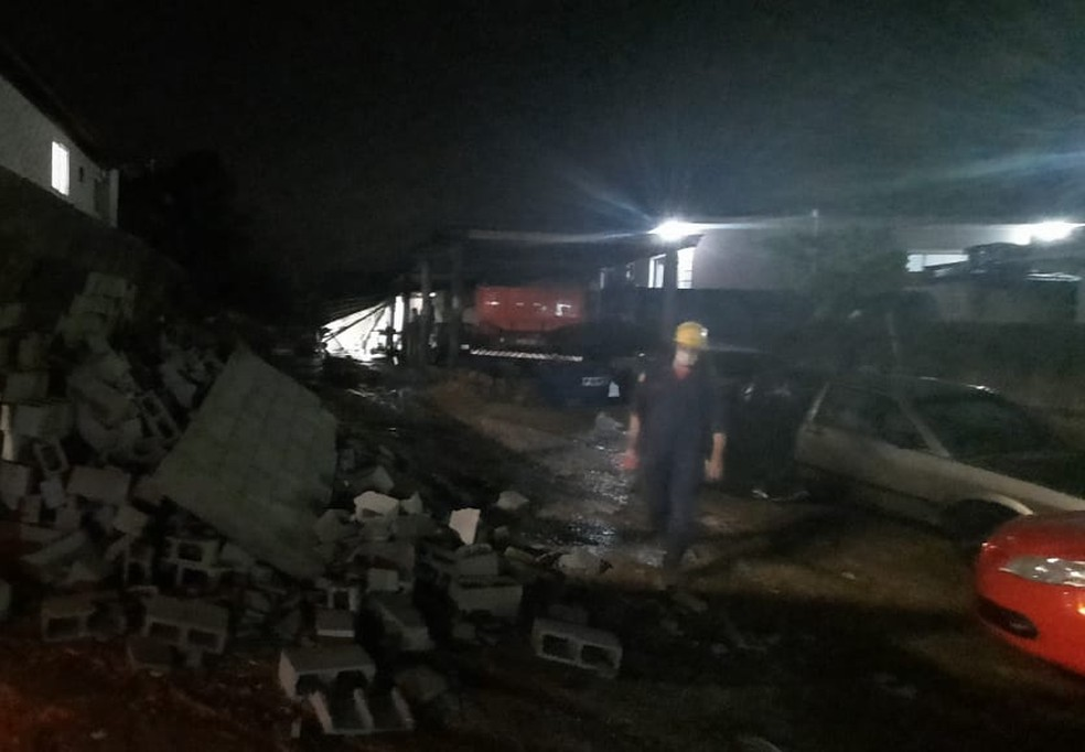 Queda de muro em Biguaçu na noite desta segunda-feira (28) — Foto: Corpo de Bombeiros/Divulgação