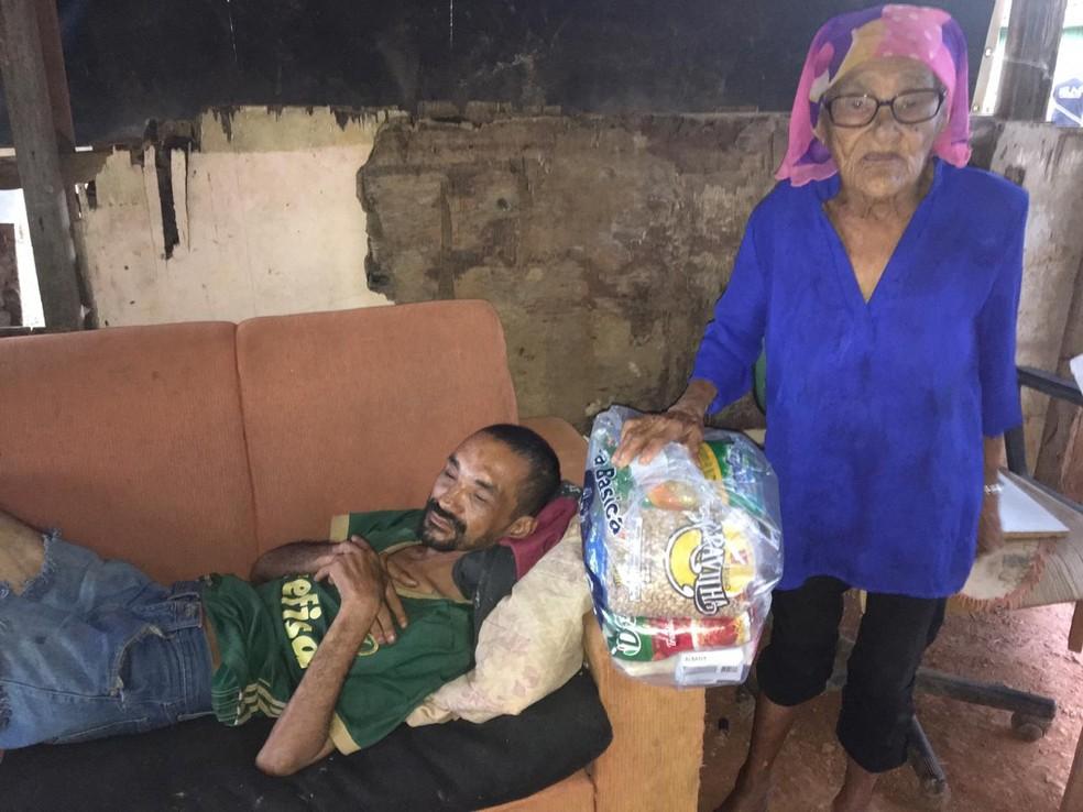 Ester Alves recebe cesta básica no Morro do Sabão, em Samambaia  — Foto: Arquivo pessoal