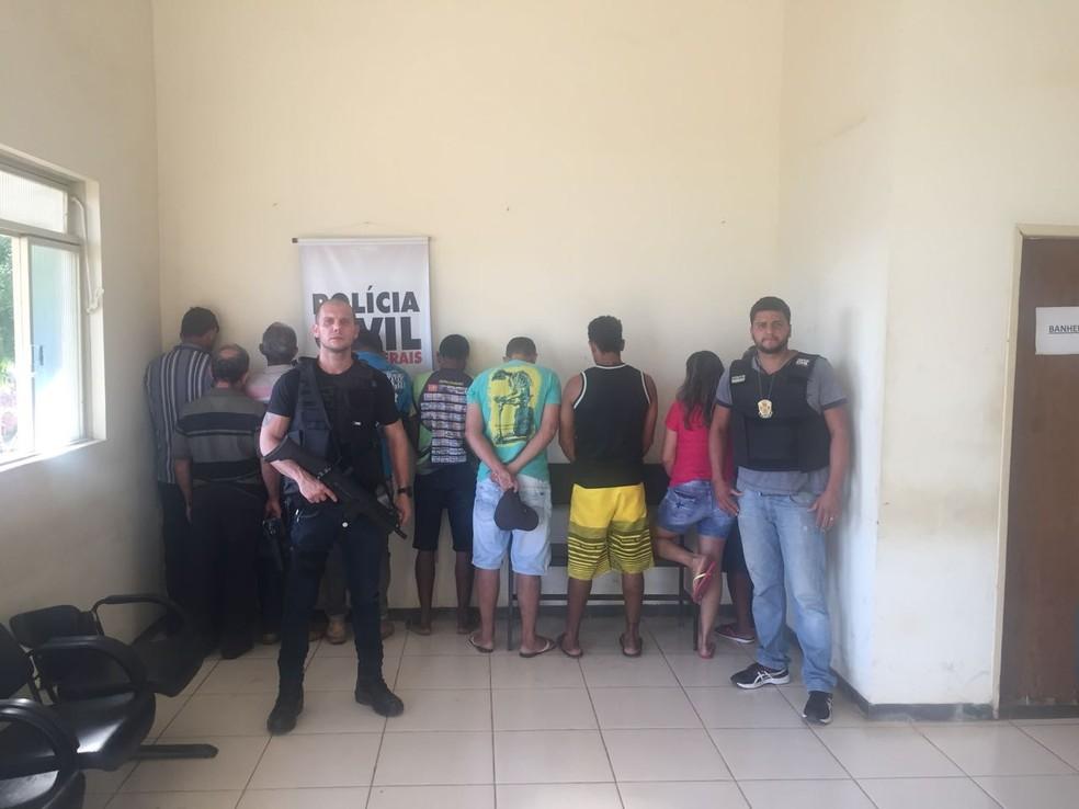 Sete candidatos e o dono da casa foram detidos (Foto: Polícia Civil/ Divulgação)