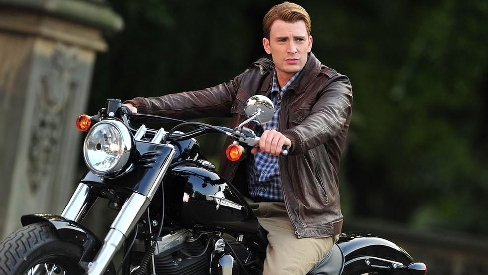 Críticos esperam que provável herói gay da Marvel não siga o estereótipo dos protagonistas homens brancos como o Capitão América, interpretado por Chris Evans  — Foto: Getty Images via BBC