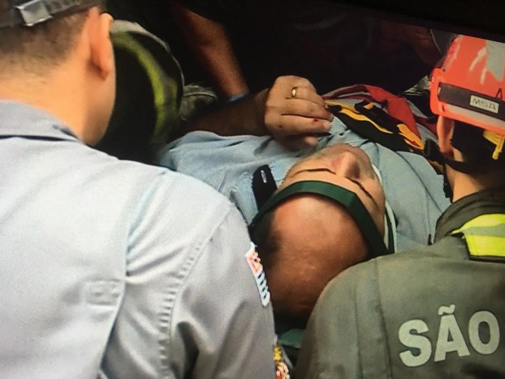 Motorista é socorrido na Marginal Pinheiros (Foto: Reprodução/TV Globo )