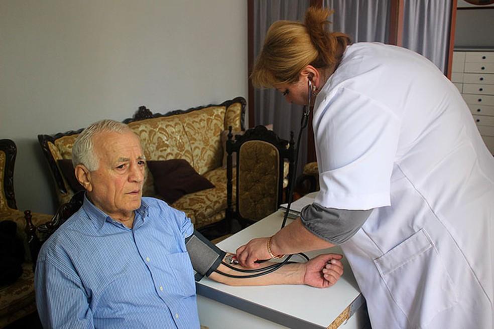 Doença crônica: estima-se que quase metade da população brasileira conviva com esse tipo de enfermidade - Foto: https://commons.wikimedia.org/wiki/Category:Senior_citizens#/media/File:Samedic2.jpg
