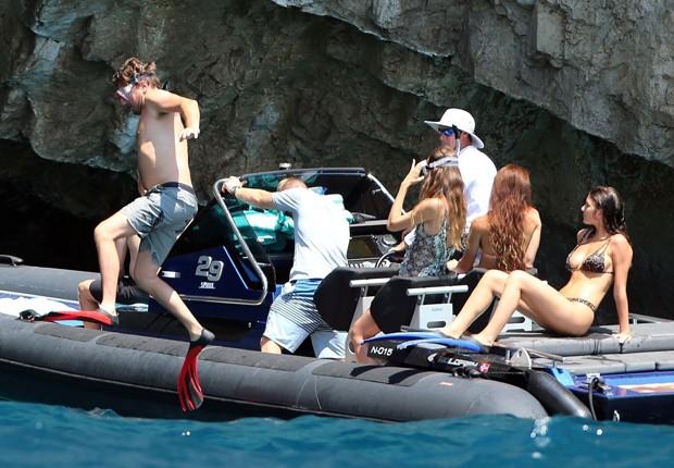 Leonardo DiCaprio e Camila Morrone aproveitam passeio na Costa Amalfitana (Foto: Grosby Group)