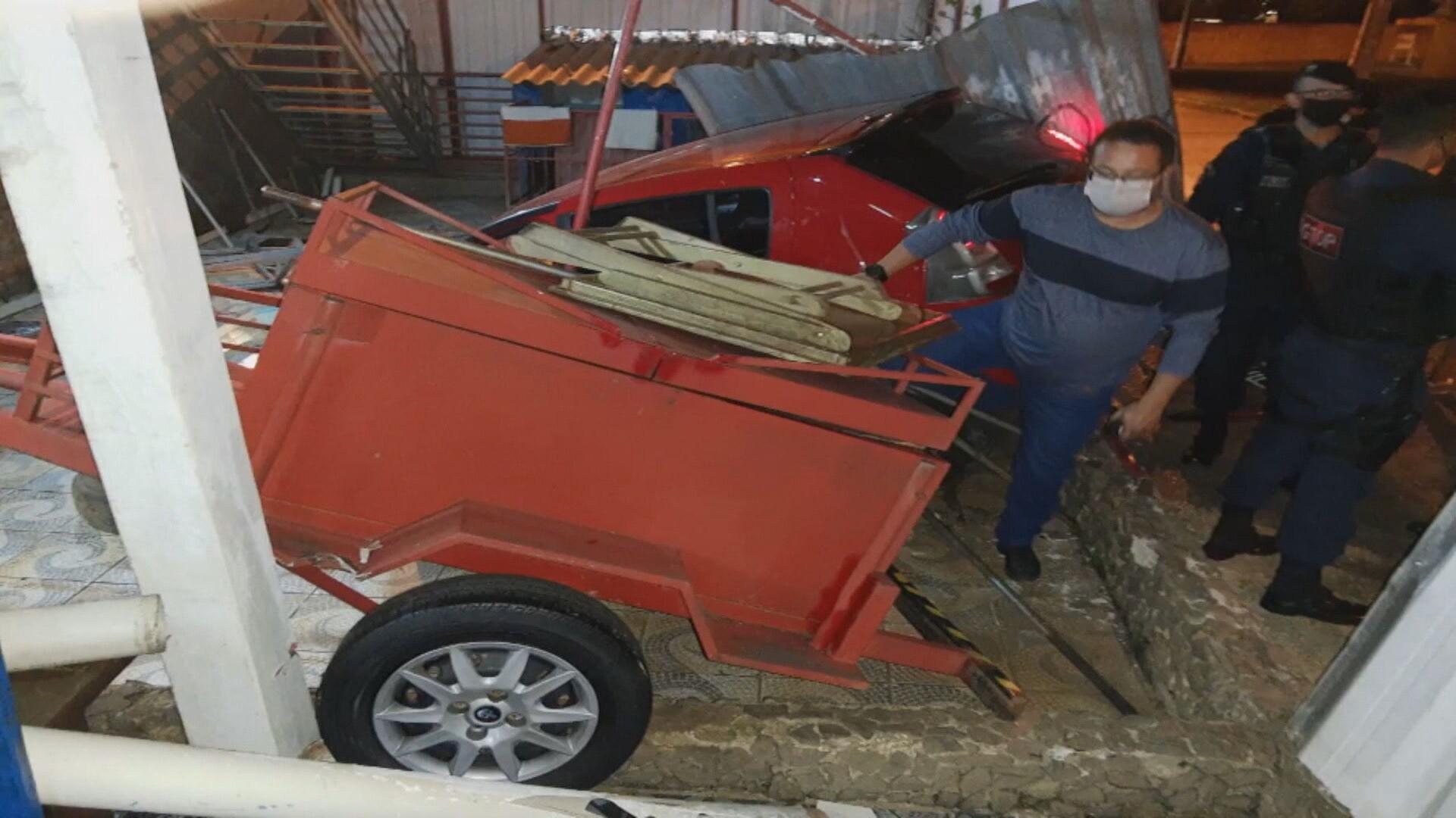 Motorista perde controle do carro e invade piscina em Taguatinga Norte, no DF