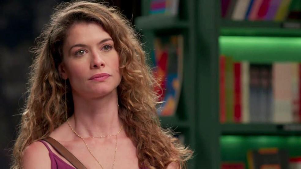 Isabel borrifa perfume no travesseiro de Alain — Foto: TV Globo
