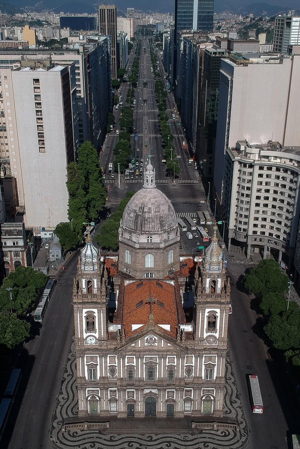 Vista aérea da igreja da Candelaria e da avenida Presidente Vargas vazia no centro do Rio de Janeiro nesta quarta-feira (25) durante a epidemia do novo coronavírus — Foto: Mauro Pimentel/AFP
