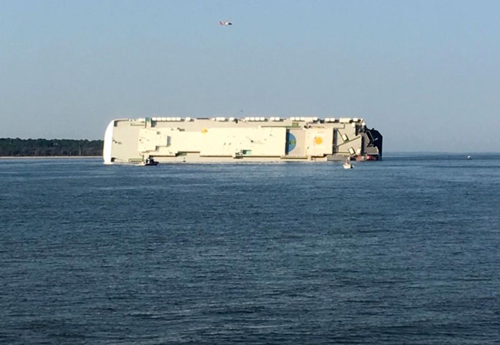 Navio cargueiro virou perto de um porto na costa da Geórgia, nos EUA, no domingo (8) — Foto: Tara Jones via AP