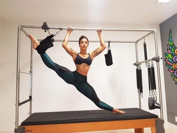 Aline Riscado se alonga no pilates (Foto: Grosby Group/Reprodução)