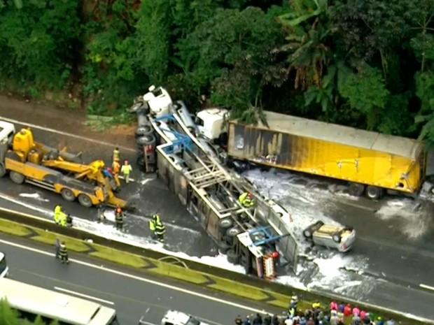 Caminhão carregado de carros tombou na Rodovia Fernão Dias (Foto: TV Globo/Reprodução)