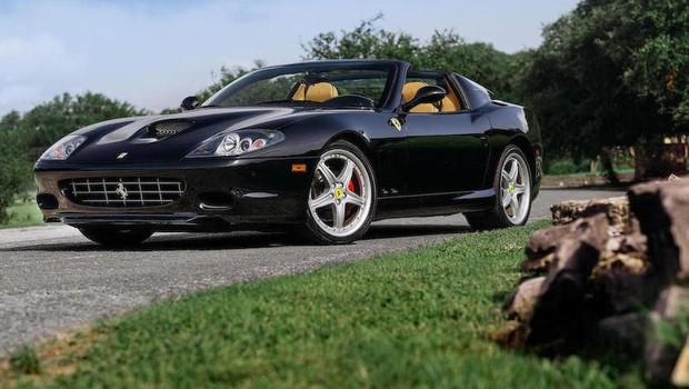 Essa Ferrari 575 Maranello Superamerica de 2005, vendida por US$ 357,5 mil (R$ 1,24 milhão), mal foi dirigida — tem só 20.000 km rodados (Foto: Divulgação/Bonhams)
