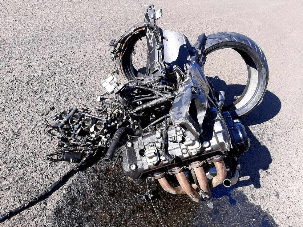 Motor da moto se separou da estrutura do veículo com a força da batida — Foto: Acontece Botucatu/Divulgação