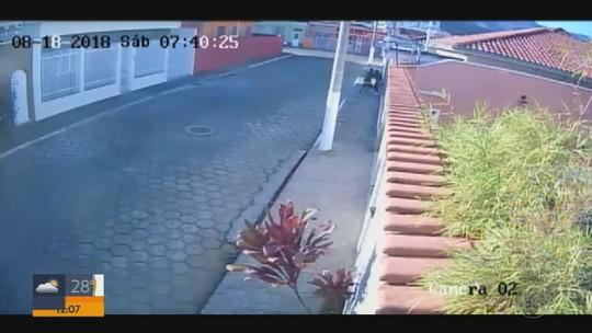 3f95c4c40c1e Câmera de segurança flagra momento em que mulher é roubada por homem em  Itajubá, MG