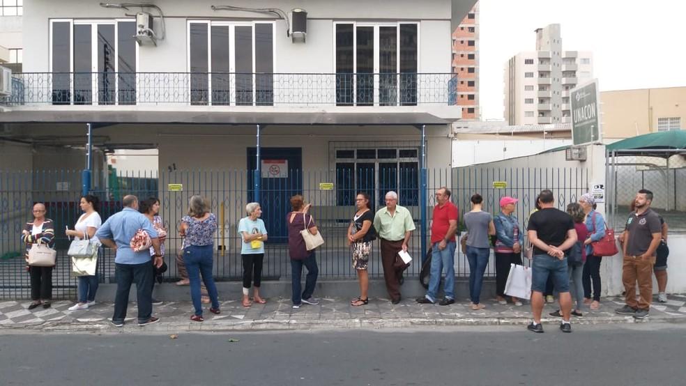 Fila na manhã desta sexta-feira em Itajaí — Foto: Luiz Souza/ NSC TV