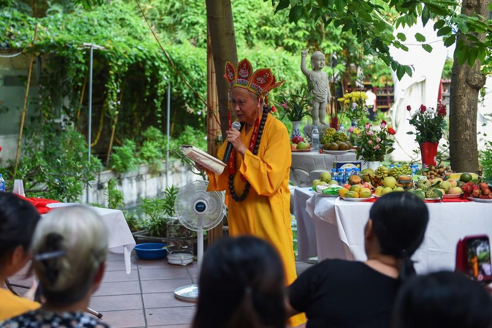 Nguyen Bao Sinh, dono do cemitério para animais de estimação, em Hanói, no Vietnã, participa de celebração nesta quinta-feira (15)   — Foto: Nhac Nguyen / AFP
