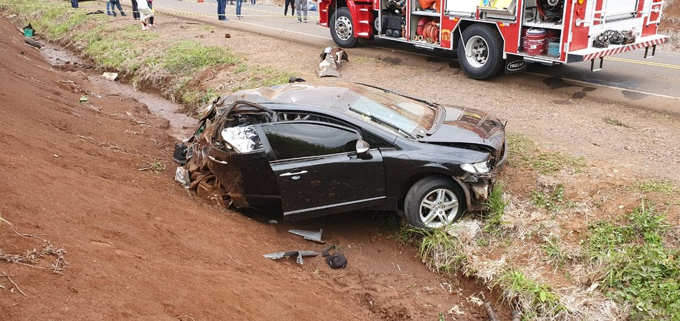 Dois ex-jogadores de futsal morreram após carro bater contra barranco, em Francisco Beltrão — Foto: Ivania Bonato/Diário da Informação