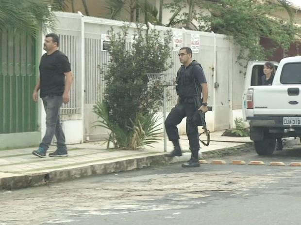 Agentes foram até o apartamento de um dos envolvidos (Foto: Reprodução/TV Rio Sul)